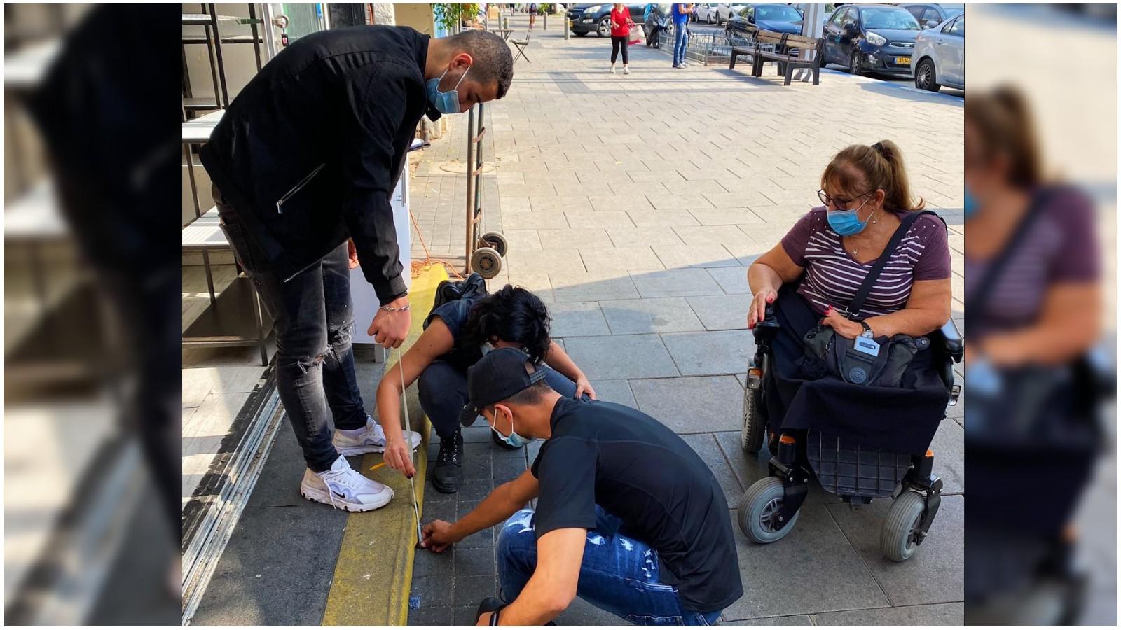 תלמידי מפתן ארז מכינים רמפה לעסקים במרכז העיר עבור אנשים עם מוגבלויות